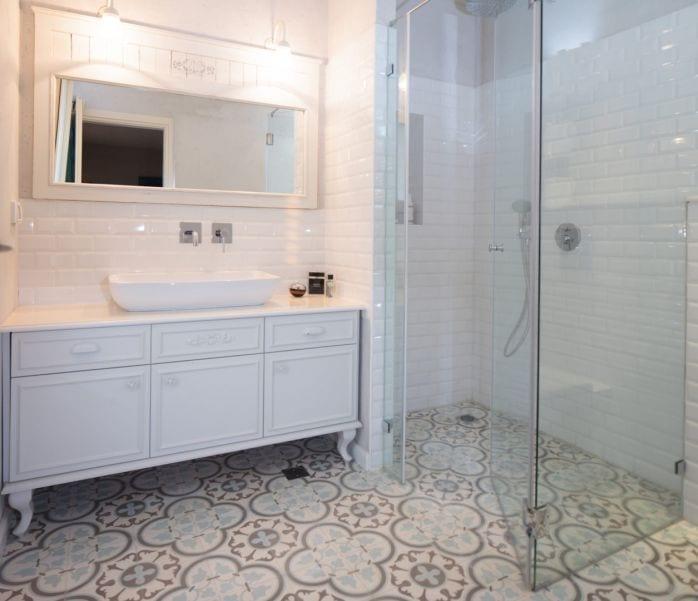 חדר אמבטיה בחדר השינה מעוצב בסגנון כפרי, עיצוב שרי בר-נע גבעון light-design