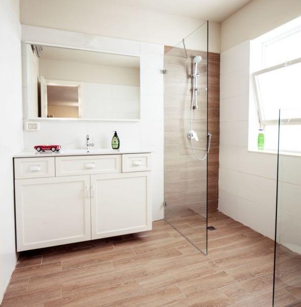 חדר רחצה מעוצב ליחידת מתבגר במרתף, עיצוב שרי בר-נע גבעון light-design