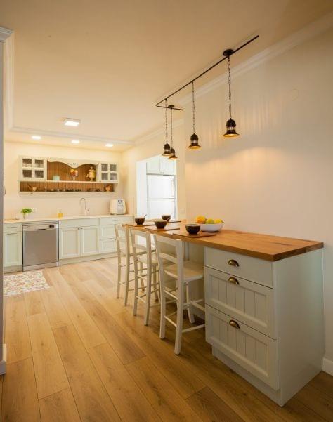 מטבח כפרי מעוצב, עיצוב שרי בר-נע גבעון light-design