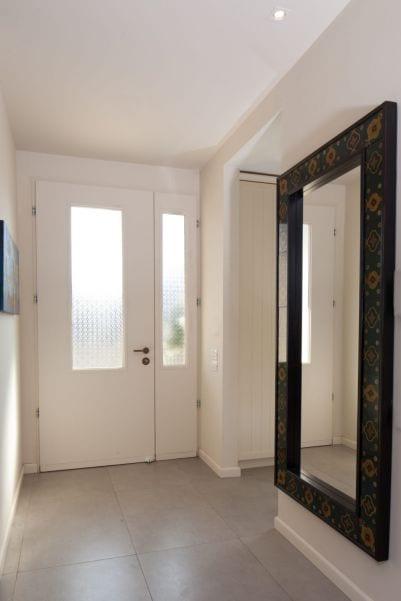 כניסה לבית מעוצבת בסגנון כפרי, עיצוב שרי בר-נע גבעון light-design