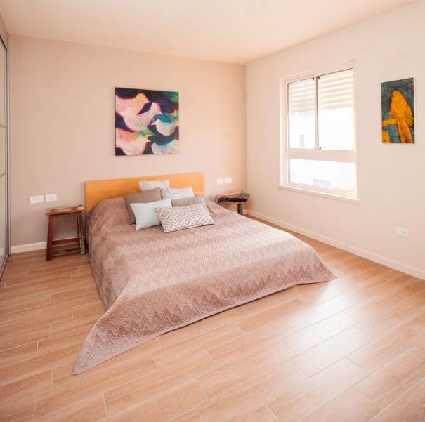 חדר שינה להורים מעוצב בסגנון כפרי, עיצוב שרי בר-נע גבעון light-design