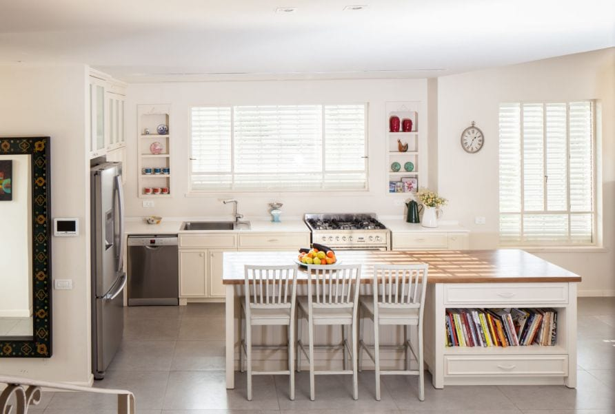 מטבח מעוצב בגנון כפרי, עיצוב שרי בר-נע גבעון light-design