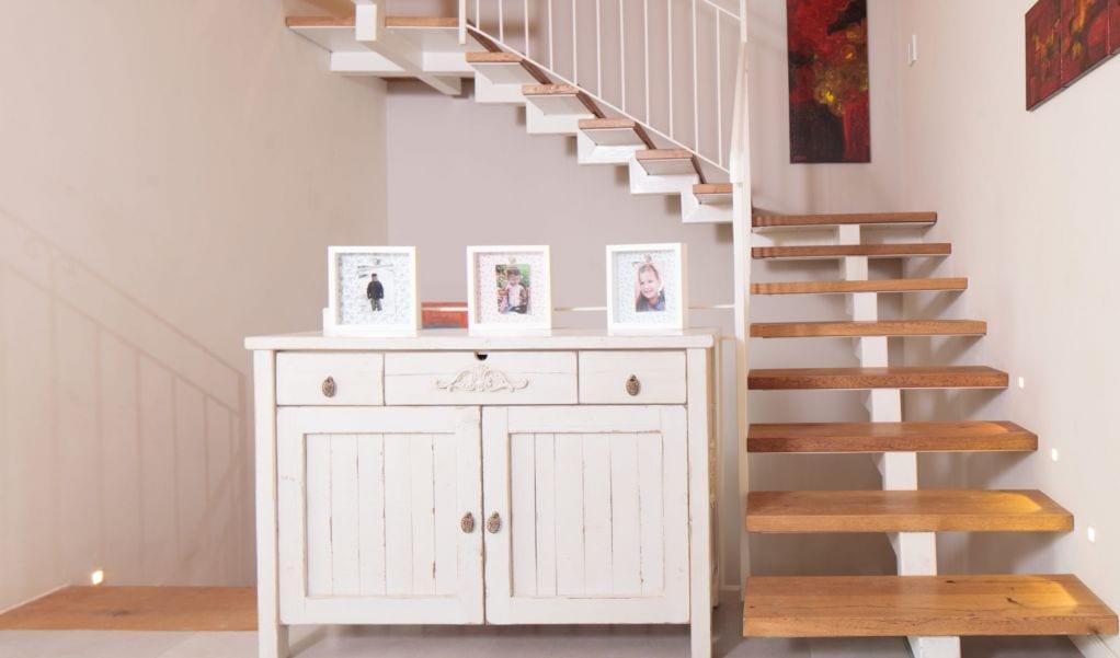 מדרגות עם שידה לבנה, עיצוב שרי בר-נע גבעון light-design