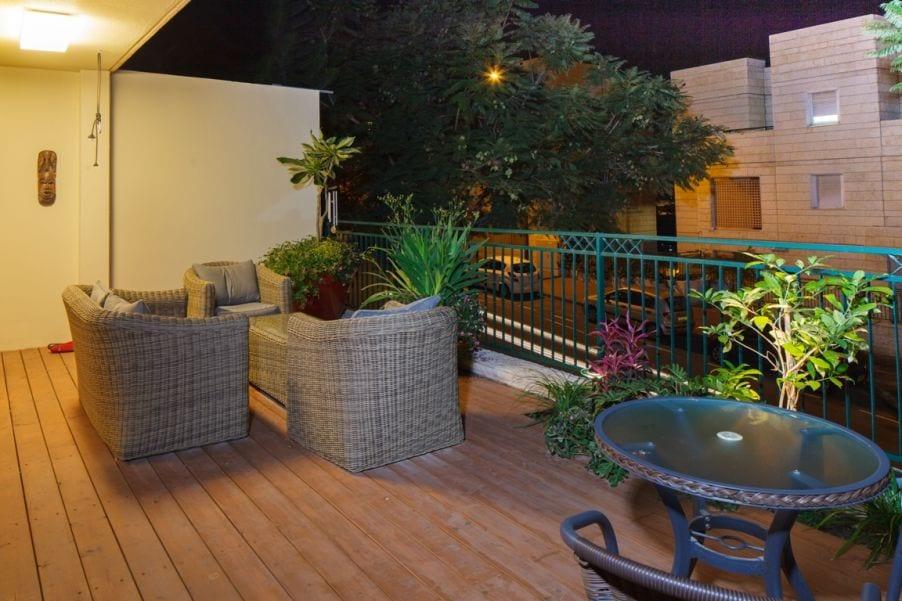 מרפסת מעוצבת, עיצוב שרי בר-נע גבעון light-design