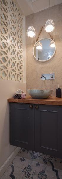 שירותי אורחים מעוצבים בסגנון כפרי, עיצוב שרי בר-נע גבעון light-design
