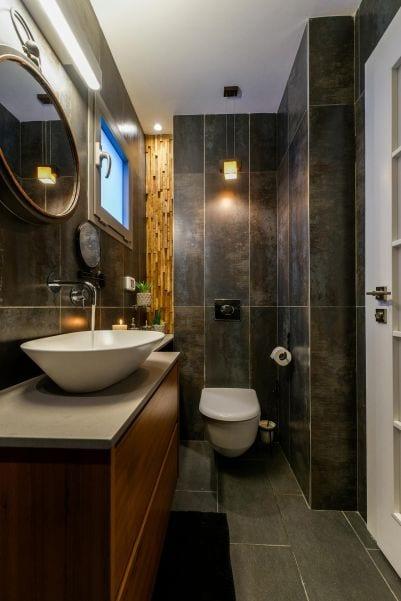 חדר רחצה שחור בדירת גן עם בריכה במודיעין שרי בר-נע גבעון light-design
