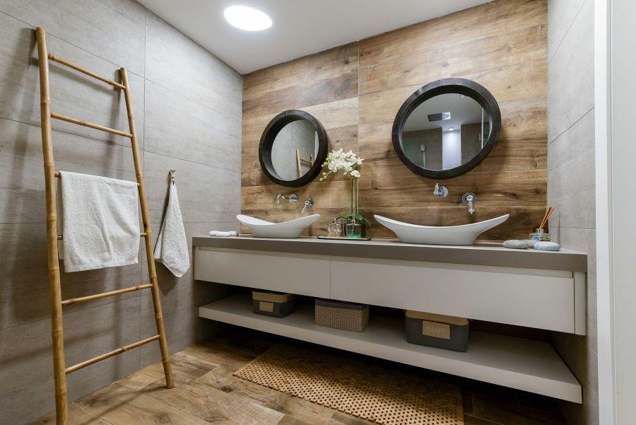 חדר רחצה בדירת גן עם בריכה במודיעין שרי בר-נע גבעון light-design