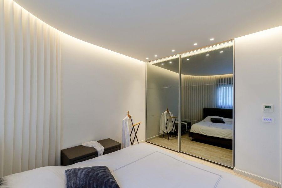 חדר שינה בדירת גן עם בריכה במודיעין שרי בר-נע גבעון light-design