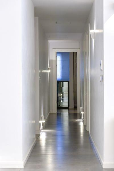 מסדרון בדירת גן עם בריכה במודיעין שרי בר-נע גבעון light-design
