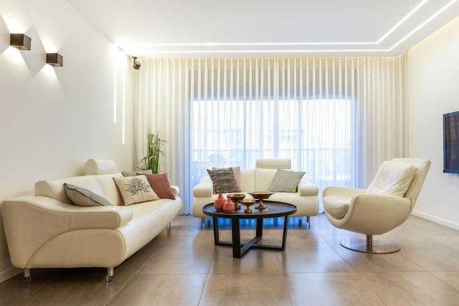 סלון מודרני בדירת גן עם בריכה במודיעין שרי בר-נע גבעון light-design