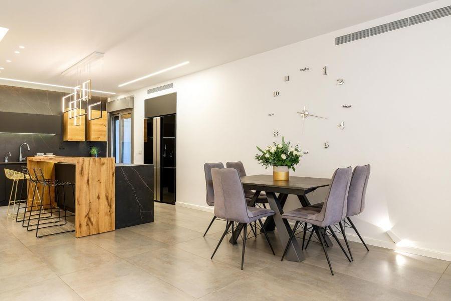פינת אוכל בדירת גן עם בריכה במודיעין שרי בר-נע גבעון light-design