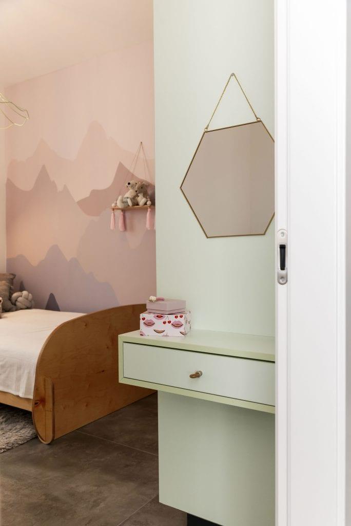 חדר שינה לילדה עם ארון ופינת טואלט קטנה מפורמייקה, בתכנון אישי, בצבע מנטה בחדר בצבעי פסטל. עיצוב פנים ותאורה - שרי בר-נע גבעון