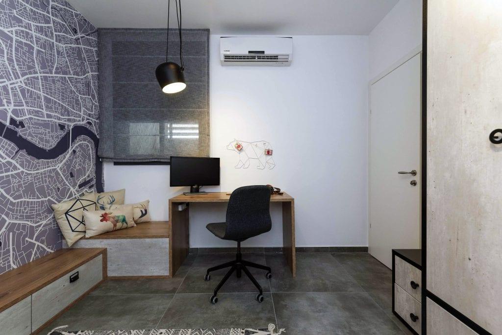 התאורה בעיצוב אורבני מעל שולחן העבודה נועדה להעניק אור רב, ולצד השולחן נגרות בעיצוב אישי המשמשת כאחסון וכספסל ויכולה לשמש להרחבת שולחן העבודה. עיצוב פנים ותאורה - שרי בר-נע גבעון
