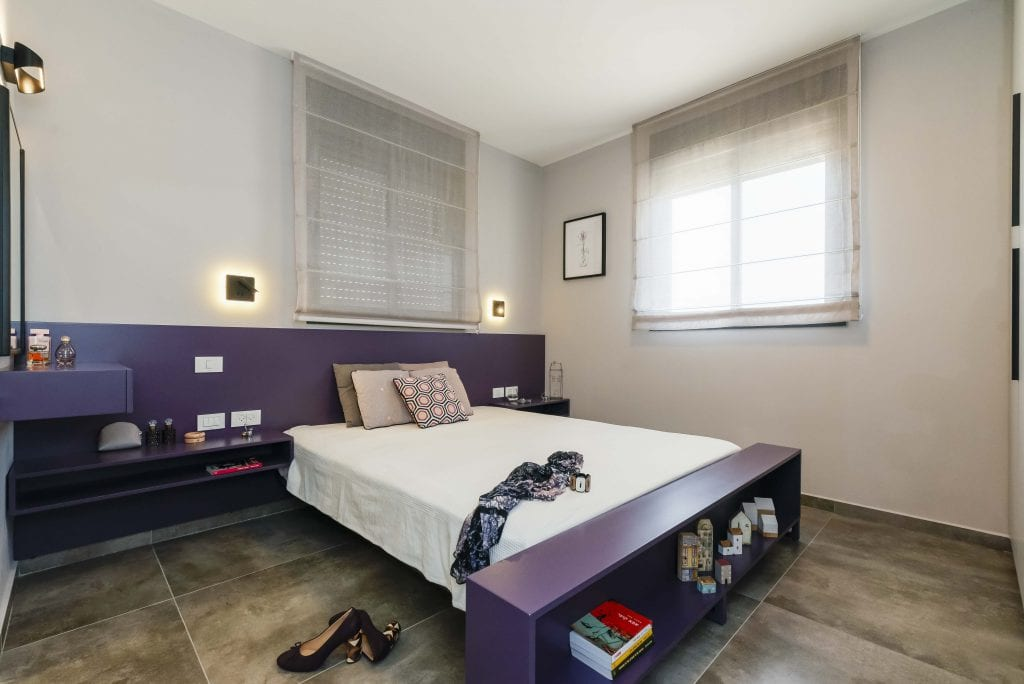 נגרות סגולה שעוצבה במיוחד לחדר שינה הורים, הכוללת מיטה סגולה, שידות לילה, ראש מיטה, טואלט וספריה למרגלות המיטה. עיצוב פנים ותאורה - שרי בר-נע גבעון,