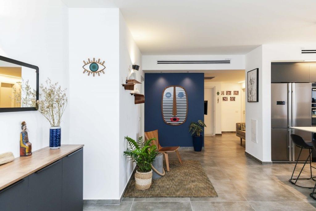 מבואת הכניסה שנוצרה לאחר ביטול שירותי האורחים. נותנת תחושה של מרחב ויופי בחלל המרכזי. עיצוב פנים ותאורה - שרי בר-נע גבעון