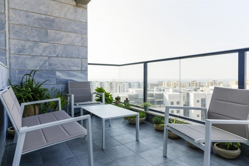 בתכנון נוסף למרפסת ברז השקיית גן המאפשר מערכת השקייה לצמחיה הירוקה במרפסת. עיצוב פנים ותאורה - שרי בר-נע גבעון