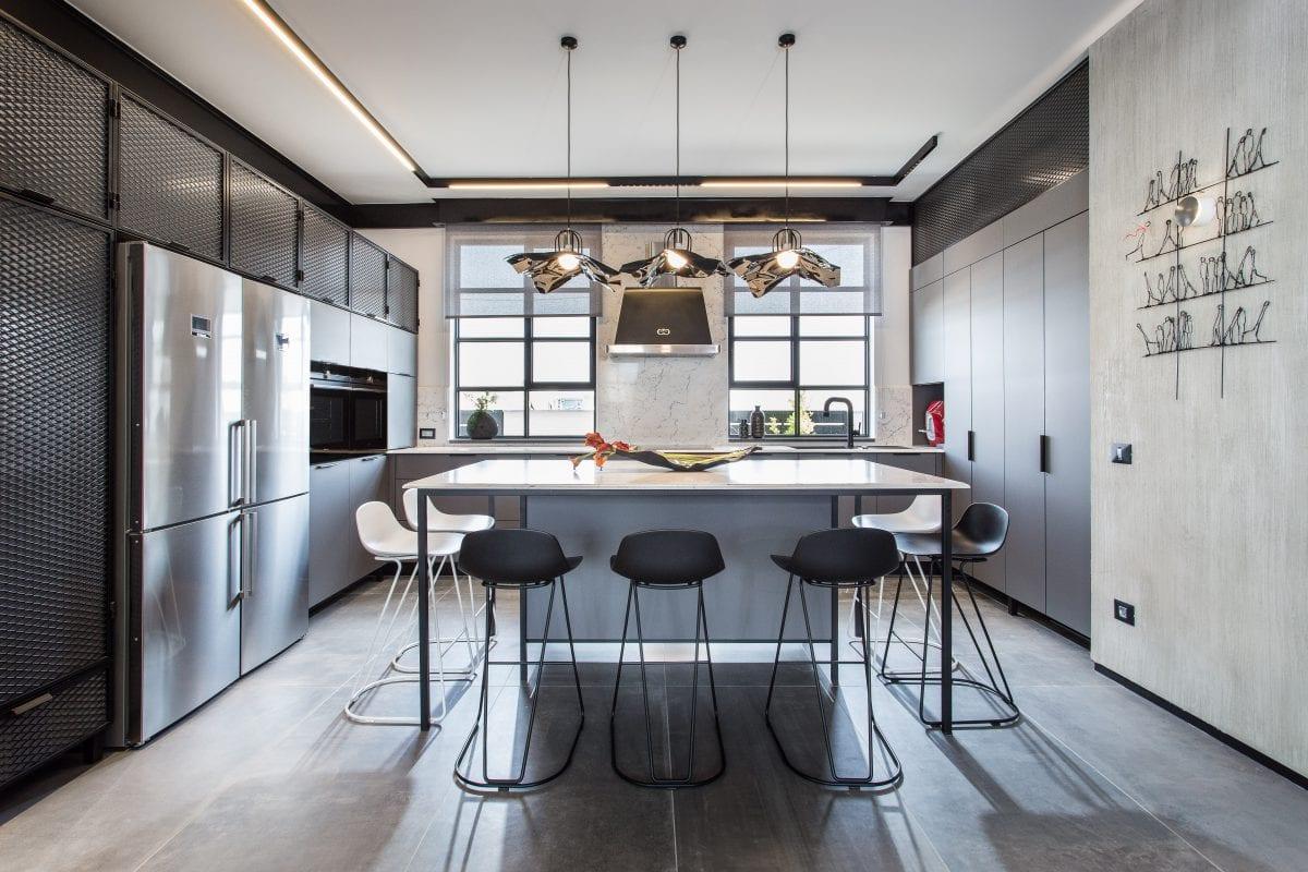 אי המשמש לישיבה ולעבודה במטבח בסגנון מודרני