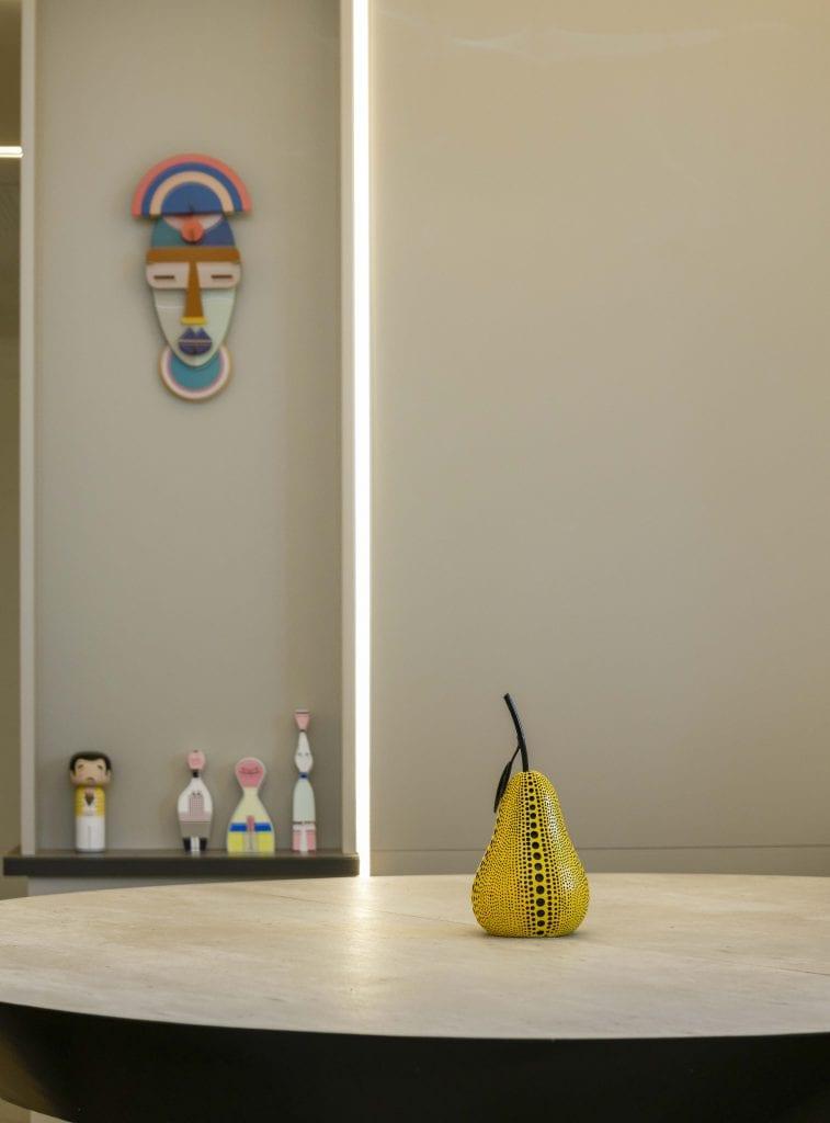 על מנת להוסיף נקודות אור וצבע לדירה, נבחרו בקפידה פרטים קטנים שיוסיפו עיצוב אך ישמרו על מראה נקי ומסודר וישתלבו עם תאורה נכונה שהייתה חשובה ללקוחות. עיצוב פנים ותאורה - שרי בר-נע גבעון