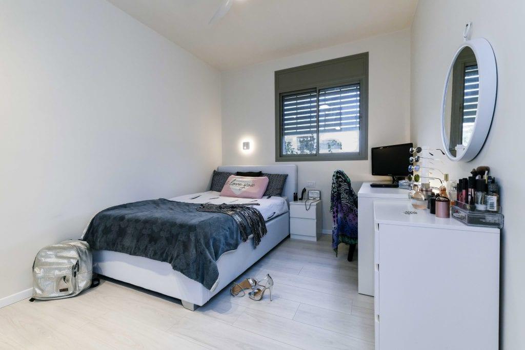 חדר השינה לבחורה הצעירה עוצב בהתאם לאהבותיה לאיפור ולאופנה. הנגרות הלבנה מאפשרת תחושה של מרחב גדול. עיצוב פנים ותאורה - שרי בר-נע גבעון
