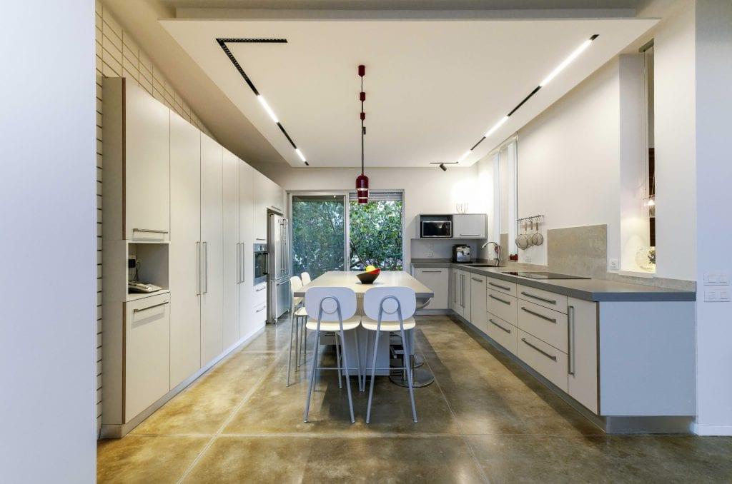 תקרת הגבס שנוספה למטבח אפשרה למקם פסי תאורה מגנטיים שקועים המשלבים תאורת הצפה ותאורת מיקוד. תכנון ועיצוב תאורה - שרי בר-נע גבעון