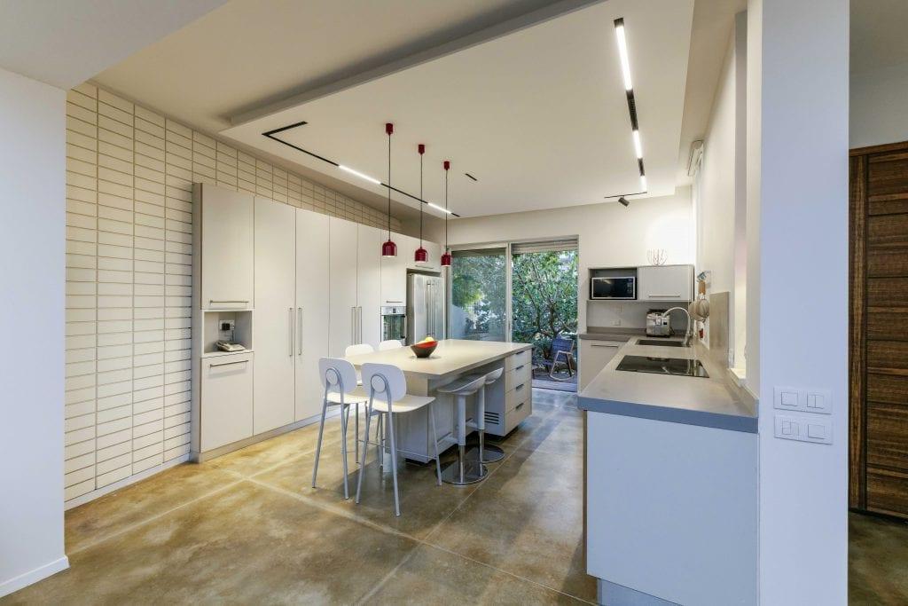 פסי הלד המגנטיים במטבח מאפשרים לבחור היכן למקם את תאורת ההצפה החשובה להארת המטבח והיכן למקם תאורה ממוקדת להדגשת אלמנטים בחלל. תכנון ועיצוב תאורה - שרי בר-נע גבעון