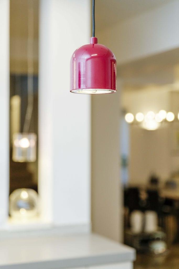 VOX גוף תאורה של חברת Zava התלוי מעל האי במטבח.