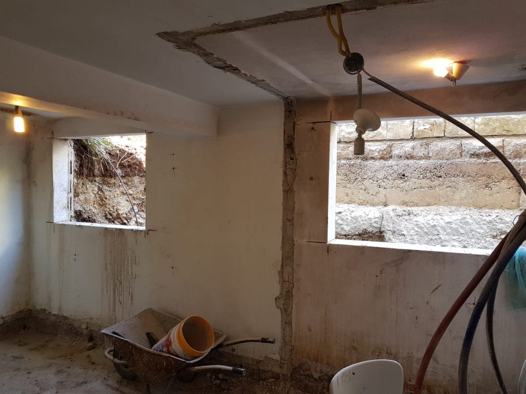 שלב השיפוץ - פתיחת החלוונת בחדר הרחצה ובמטבח. עיצוב פנים ותאורה - שרי בר-נע גבעון
