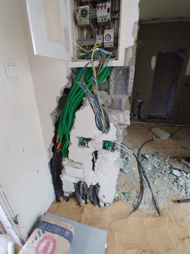 העתקת תשתיות חשמל ותקשורת עבור הזזת לוח חשמל