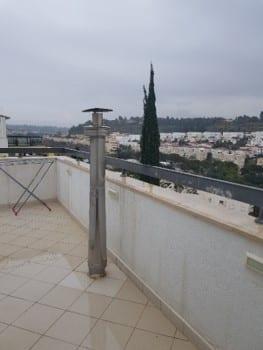 ארובה היוצאת מרצפת המרפסת העליונה