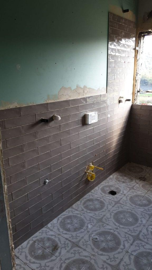 איטום קירות גבס בחדר הרחצה וחיפוי קיר