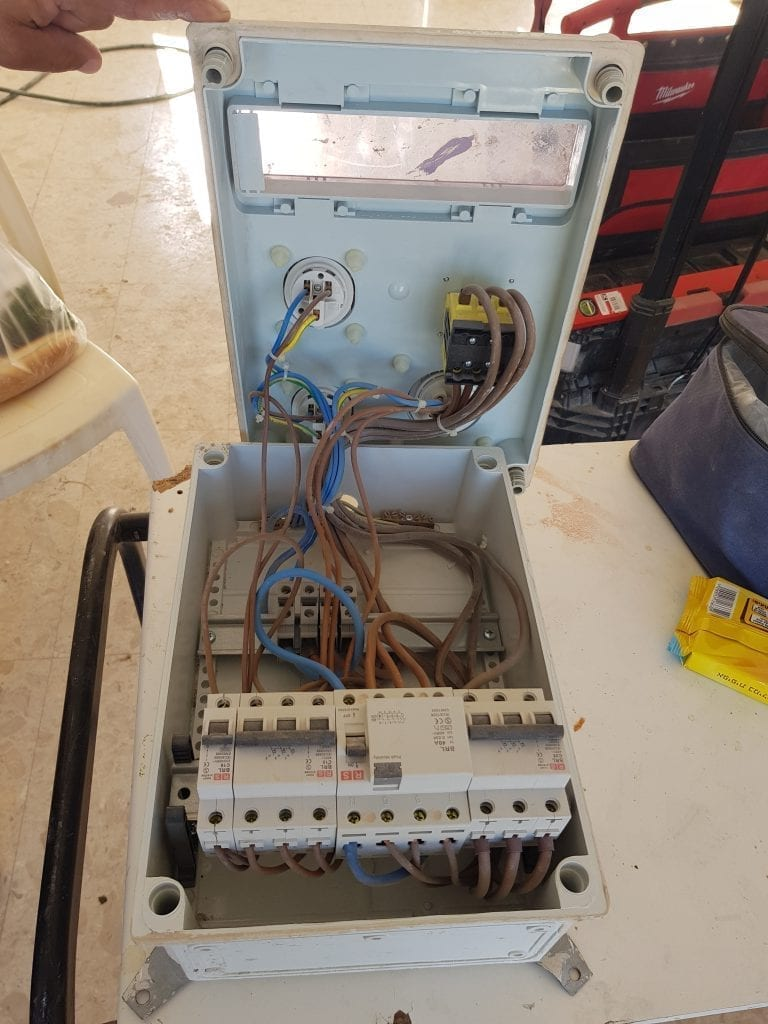 לוח חשמל זמני בשלב השיפוץ לפני קבלת אישור של חברת חשמל