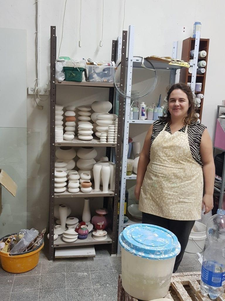 נועה ראזר בסטודיו במרכז בעלי מלאכה בתל אביב