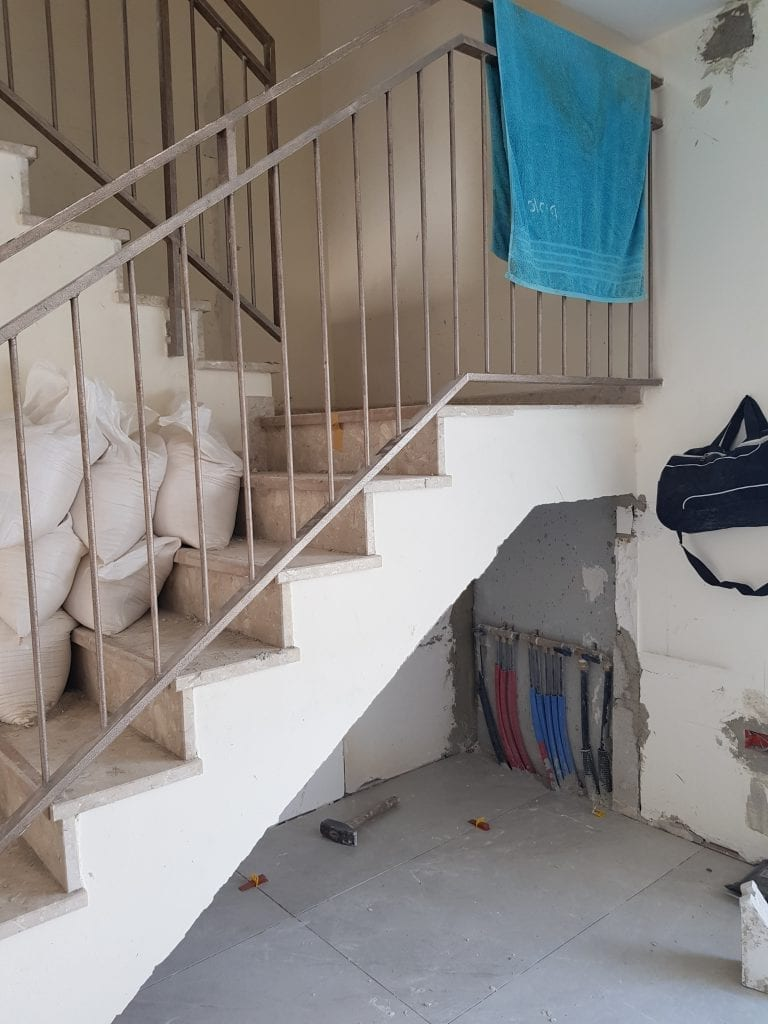 חנוכית מים ראשית בקומה התחתונה מתחת למדרגות
