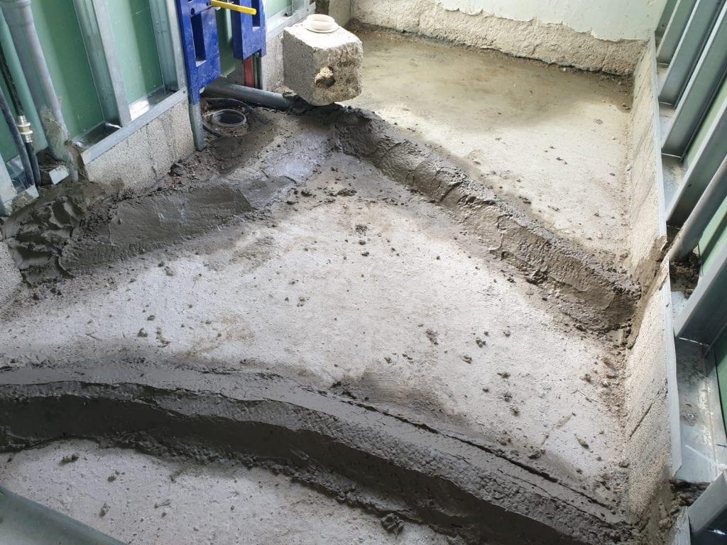 ביטון צנרת מים בחדר רחצה