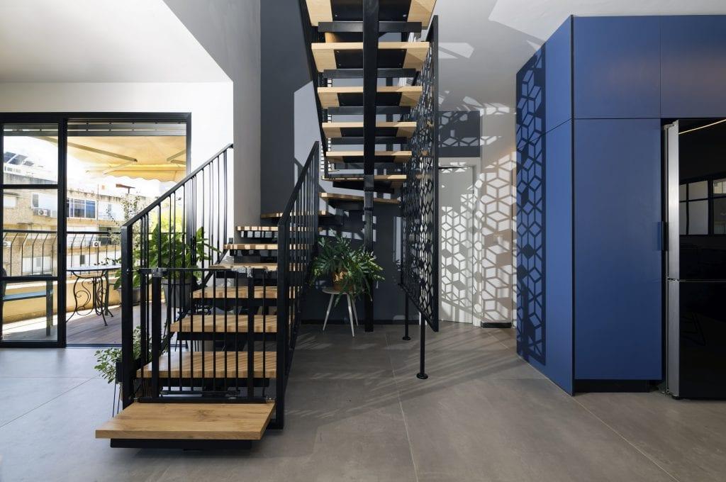 גרם מדרגות מברזל עם מדרכי עץ