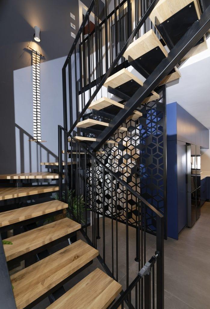 גרם מדרגות מברזל עם מדרכי עץ ומשרביה בתור מעקה