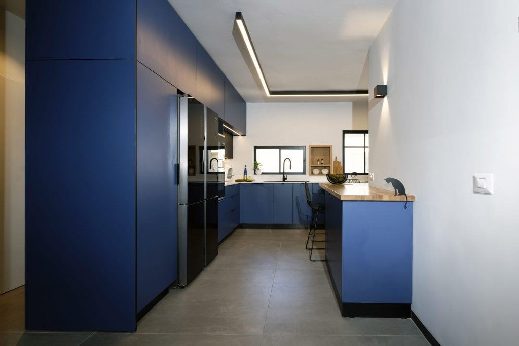 מטבח כחול עם דלפק פינתי