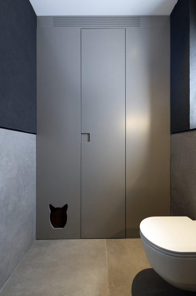 אחסון בתוך שירותי אורחים עם דלת חתולים