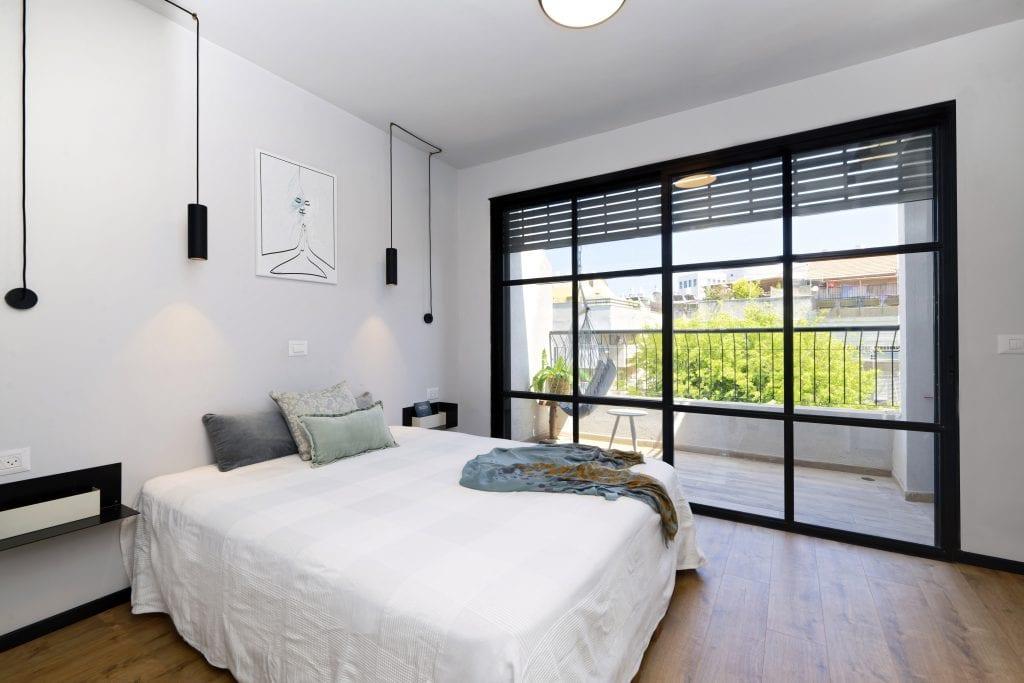 קיר המרפסת הוסר וכעת המרפסת נשקפת מחדר השינה