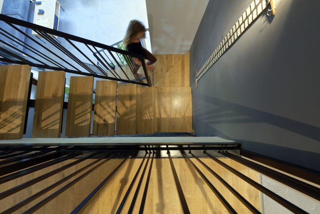גרם מדרגות ברזל עם מדרכי עץ אלון
