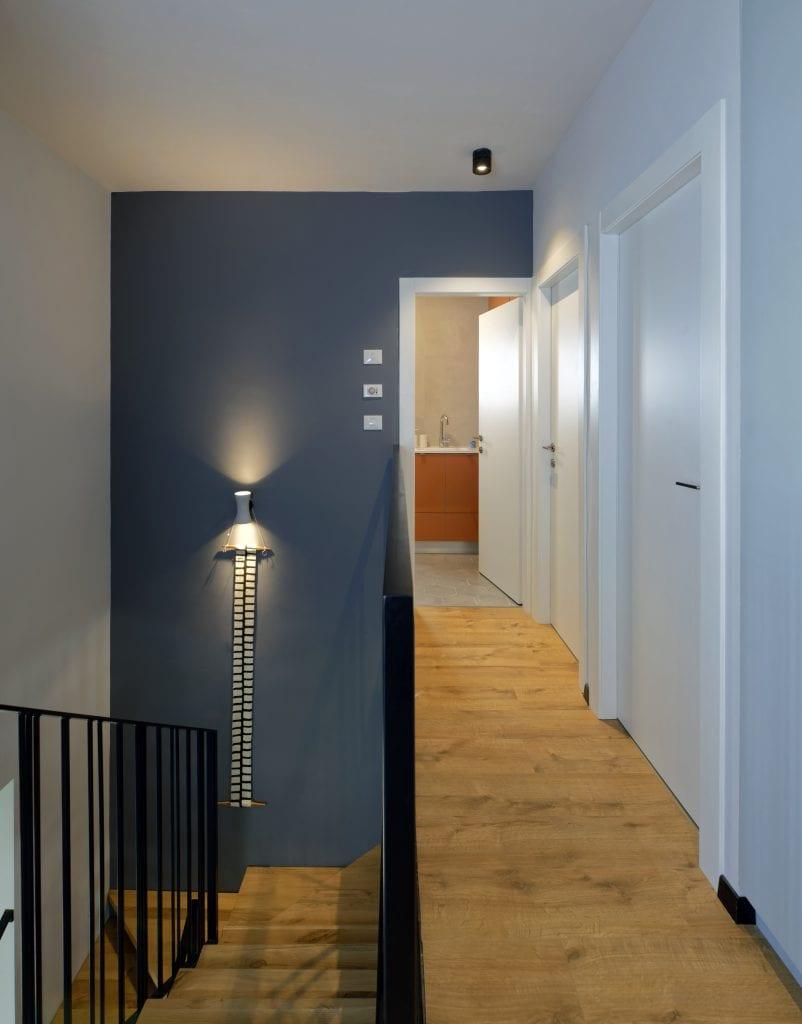 מבט ממסדרון חדרי השינה לכיוון חדר רחצה ילדים